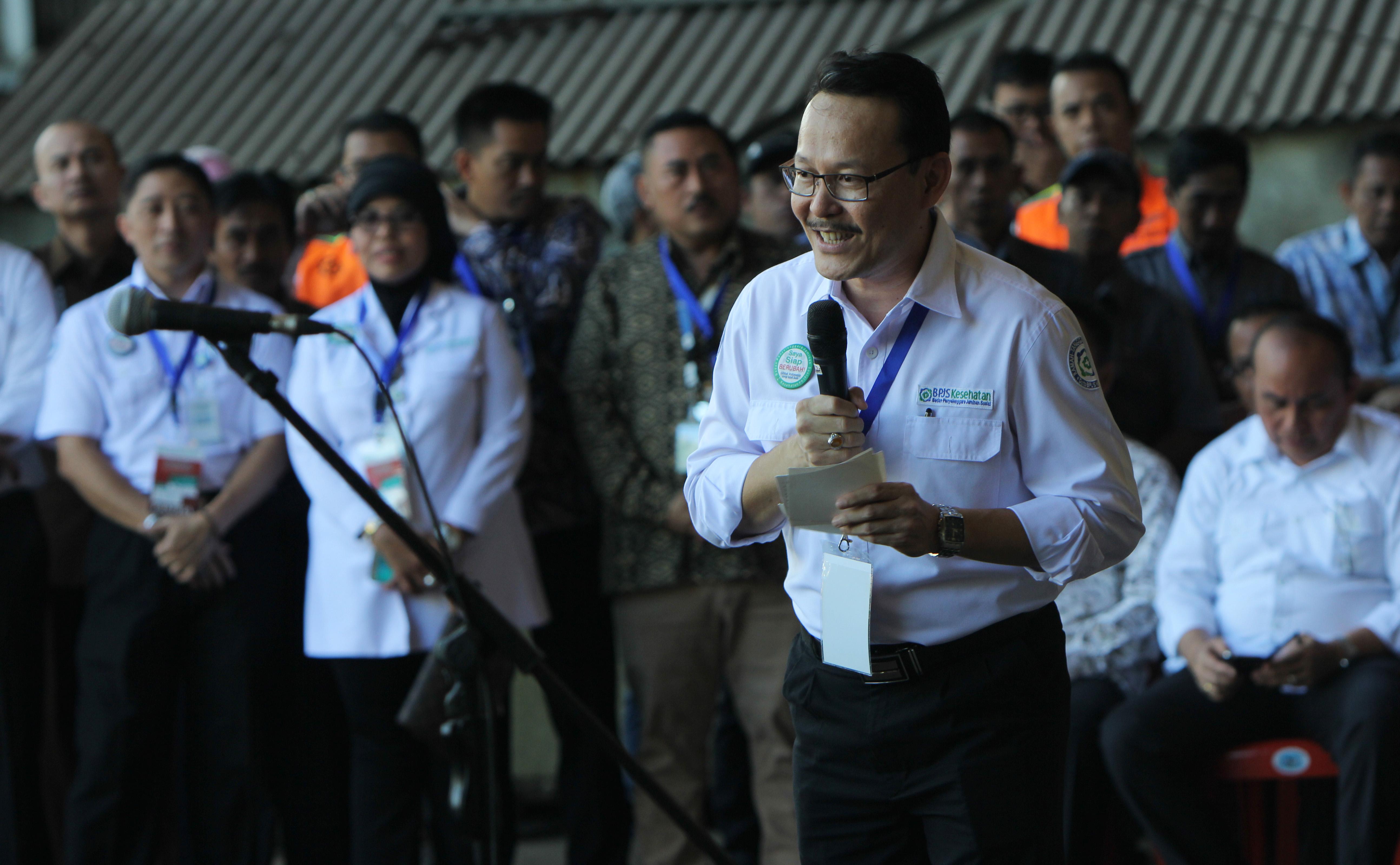 Dirut PT BPJS Kesehatan dr Fachmi Idris saat penyerahan Kartu Indonesia Sehat di PT Dok dan Perkapalan Kodja Bahari Cilincing