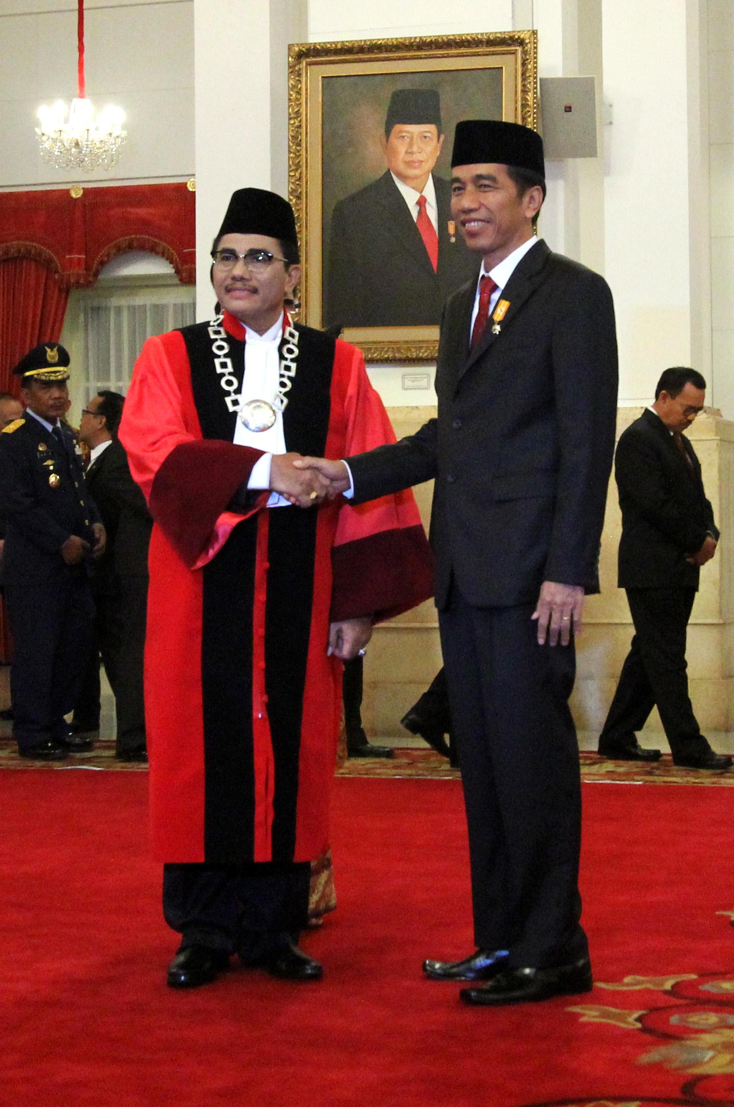 Ketua Hakim Konstitusi Manahan Sitompul bersama Presiden Joko Widodo