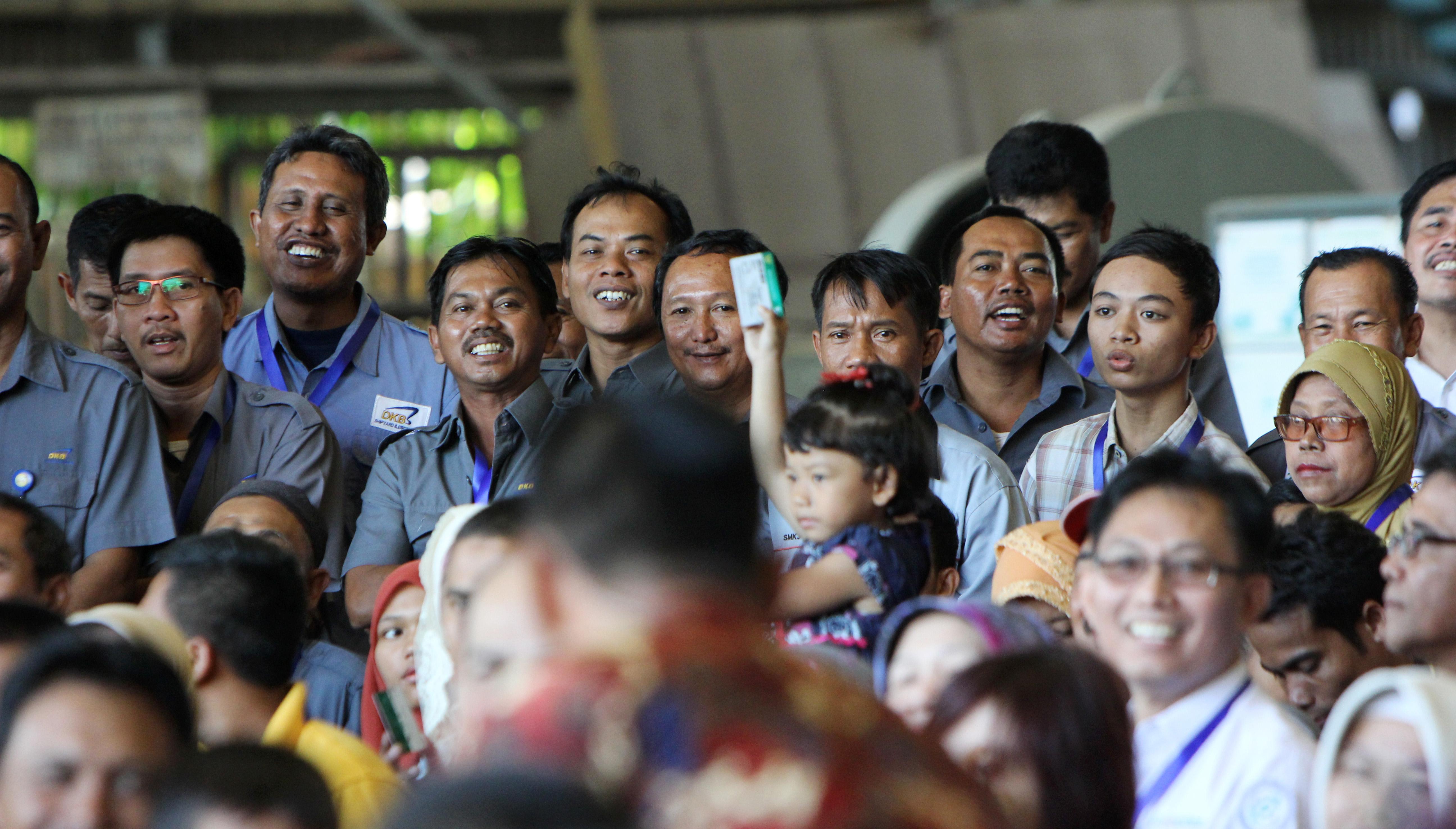 Pekerja Buruh dan keluarga PT Dok dan Perkapalan Kodja Bahari saat penyerahan Kartu Indonesia Sehat 28 April 2015