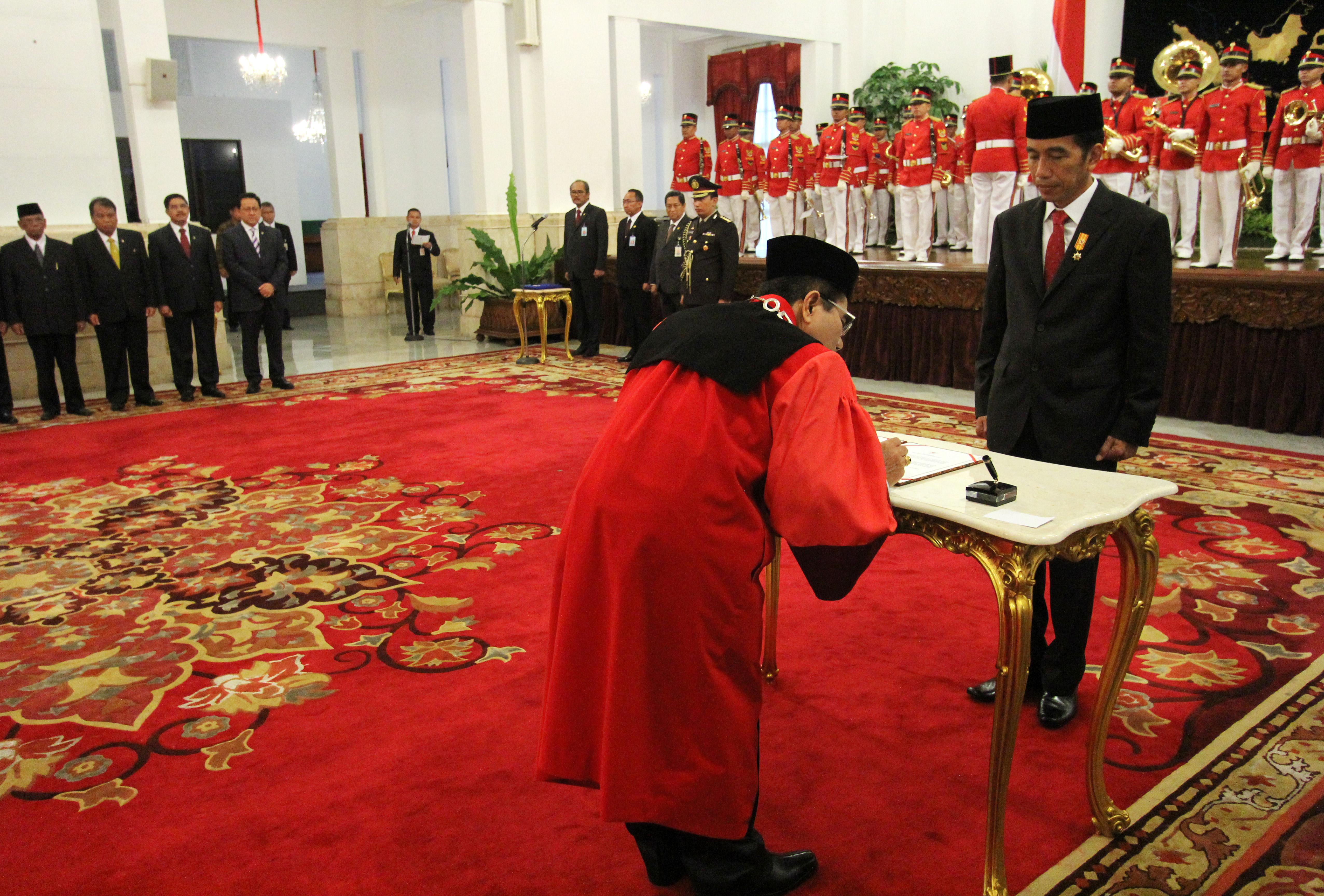 Penandatangan Hakim Konstitusi Manahan Sitompul dihadapan Presiden RI Joko Widodo di Istana Negara 28 April 2015