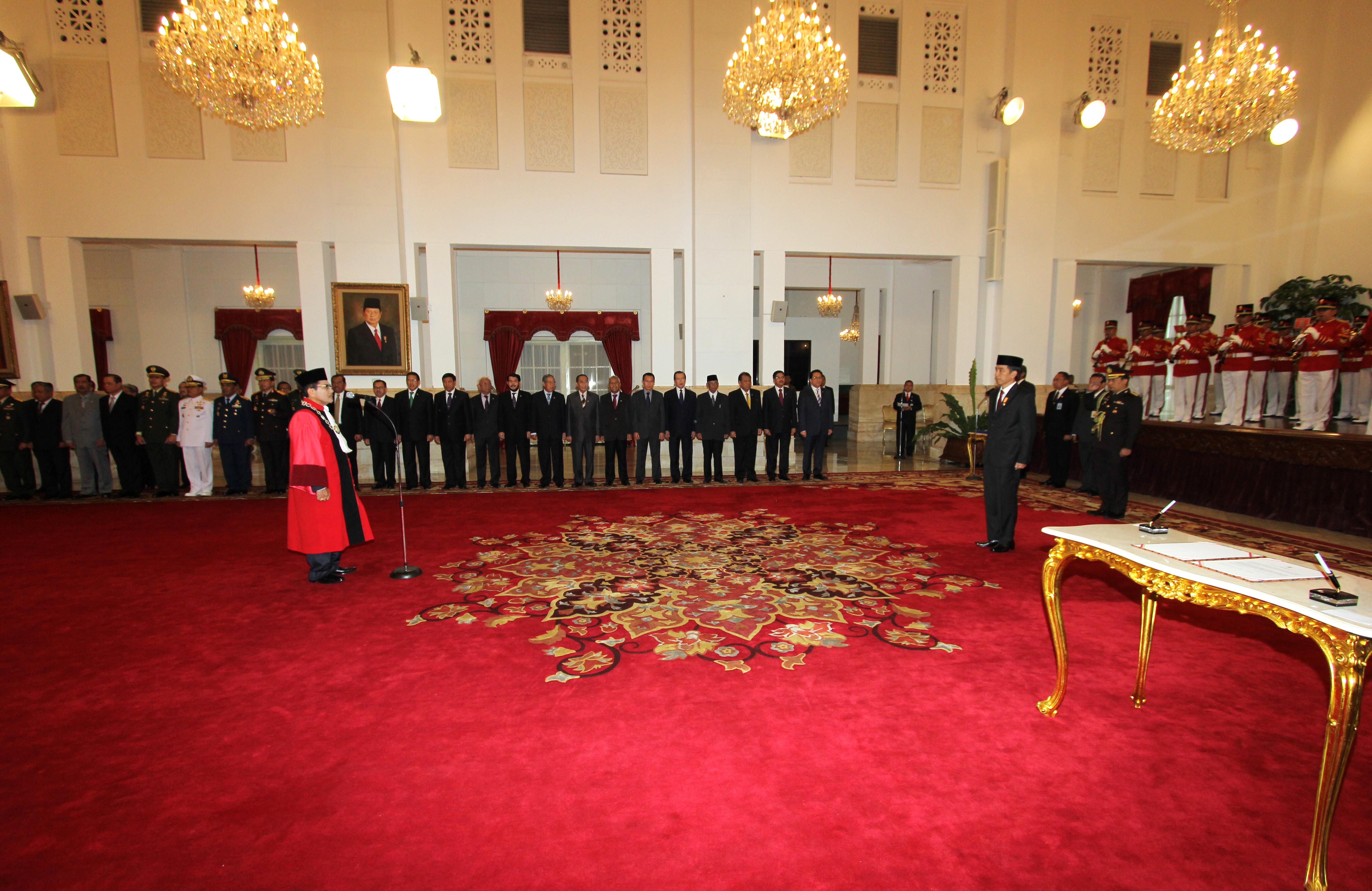 Pengucapan Sumpah Hakim Konstitusi Manahan Sitompul di hadapan Presiden Republik Indonesia di Istana Negara