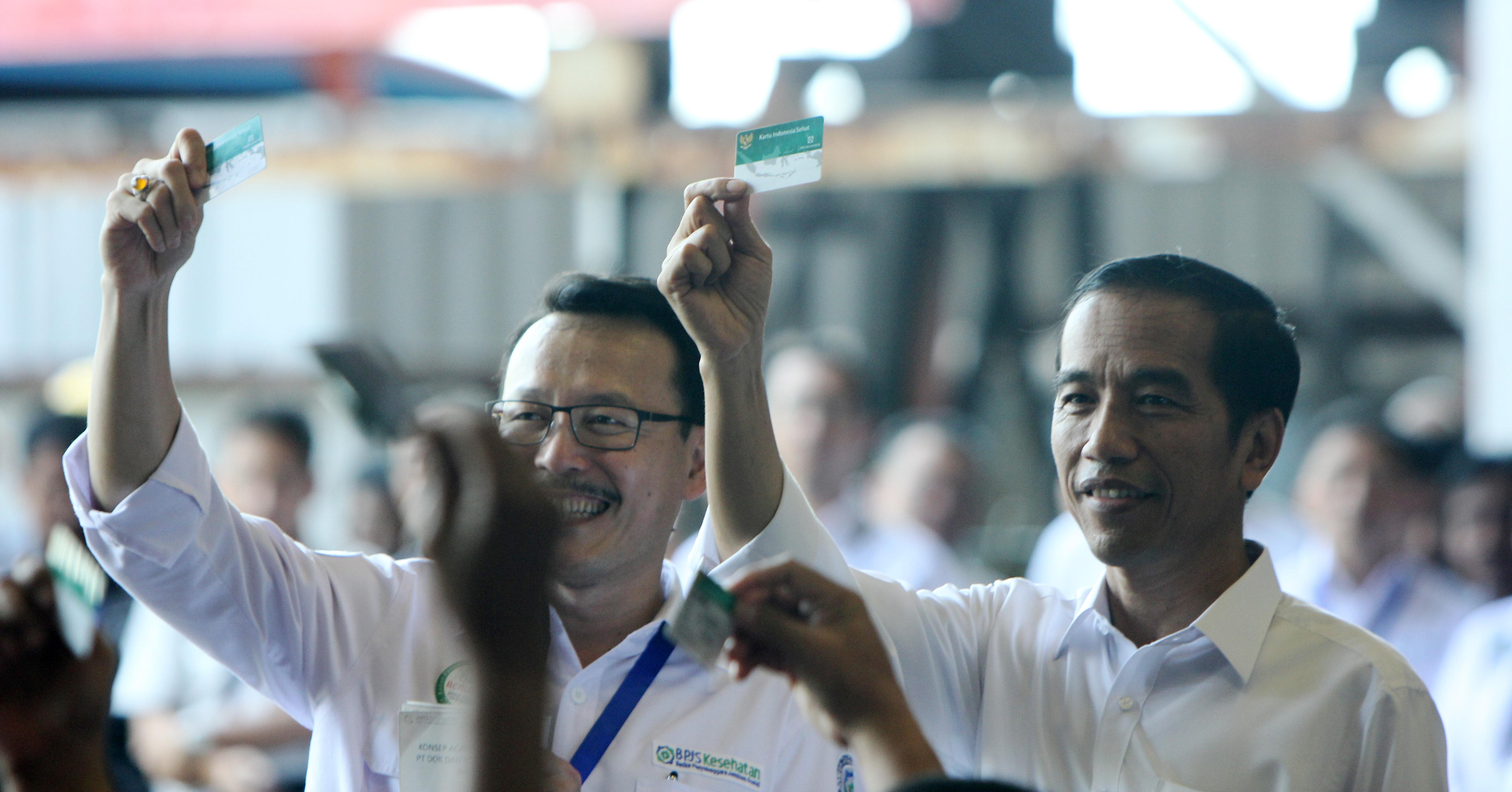 Presiden Jokowi Bersama Dirut PT BPJS Kesehatan Saat Penyerahan Kartu Indonesia Sehat