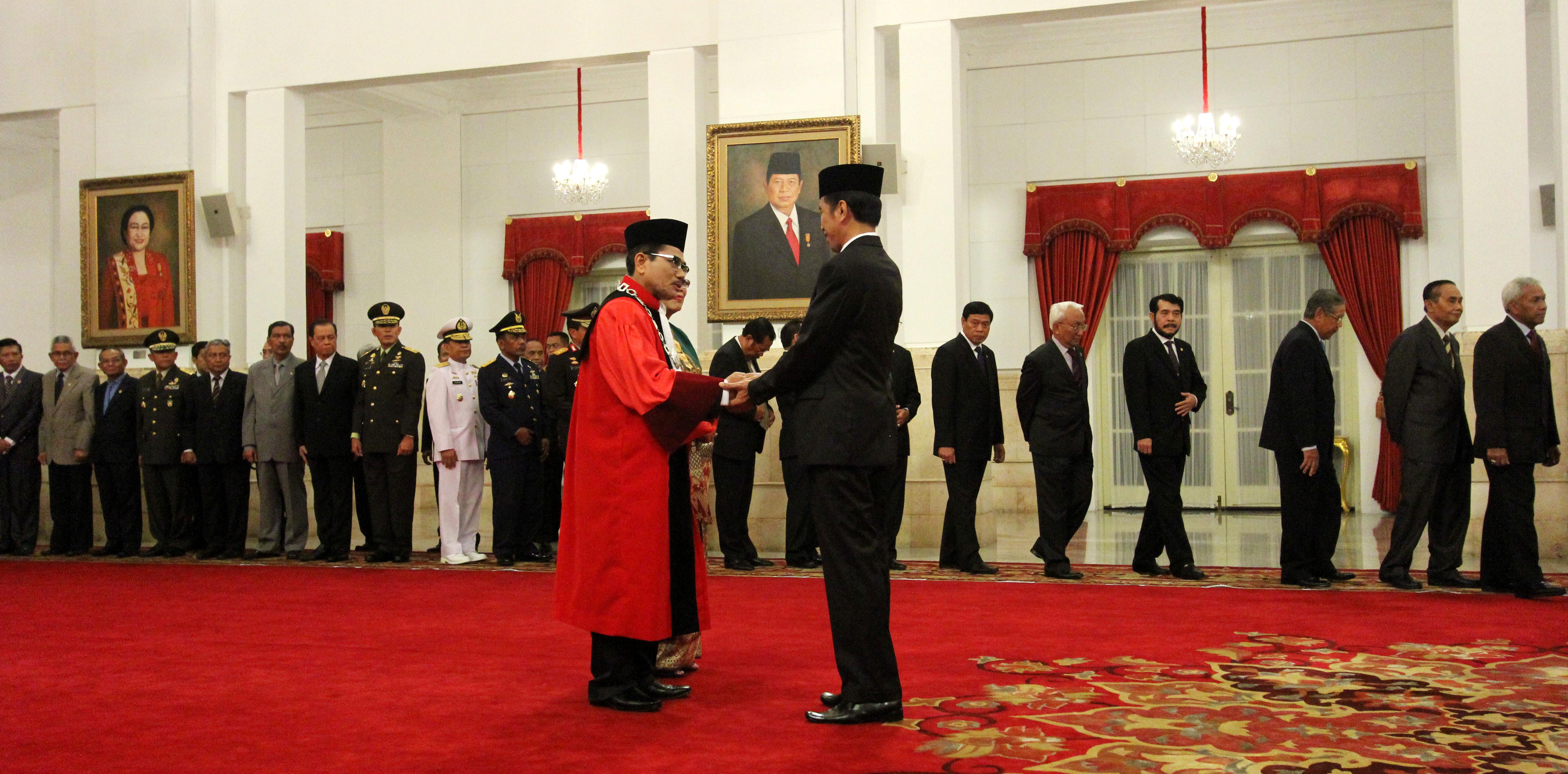 Presiden Jokowi Memberikan Ucapan Selamat Kepada Ketua Hakim Konstitusi Manahan Sitompul