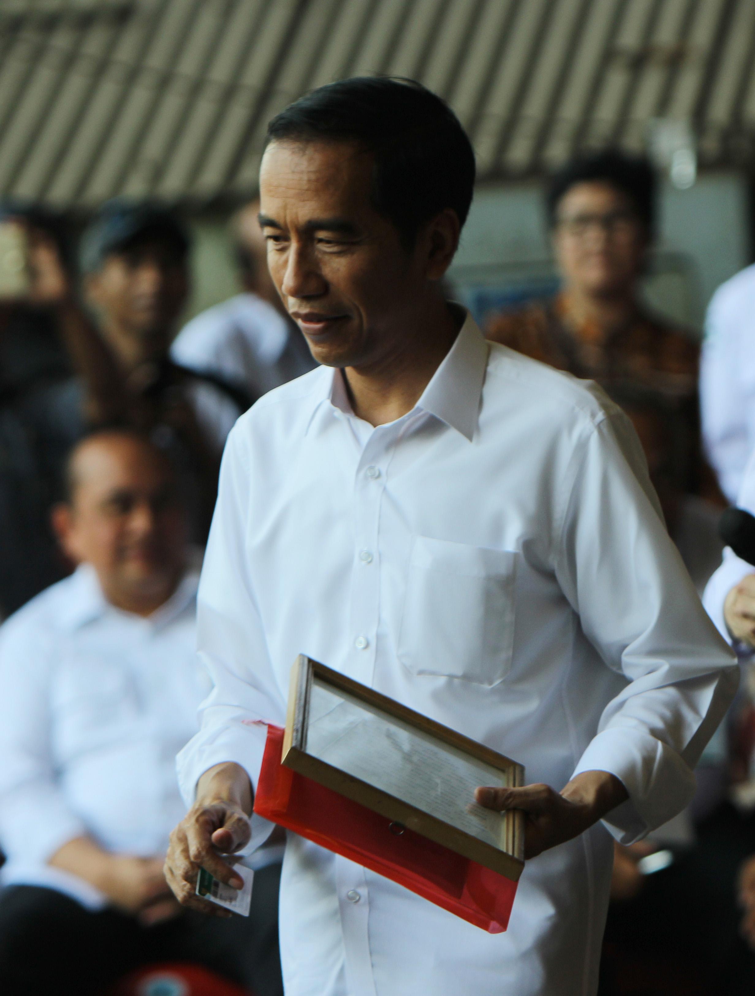 Presiden Jokowi Mendapatkan Bingkisan dari Pekerja PT Dok dan Perkapalan Kodja Bahari