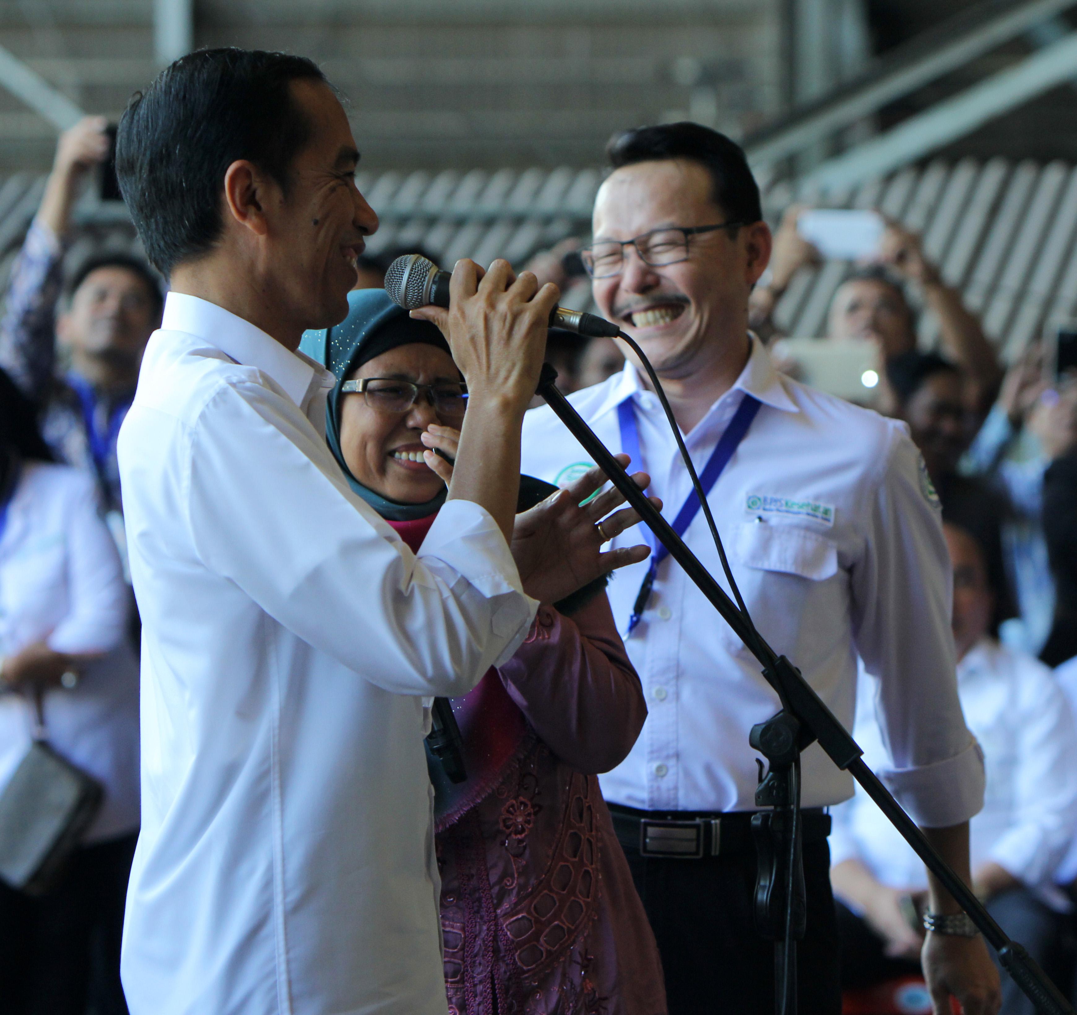 Presiden Jokowi dengan salah satu penerima Kartu Indonesia Sehat 28 April 2015