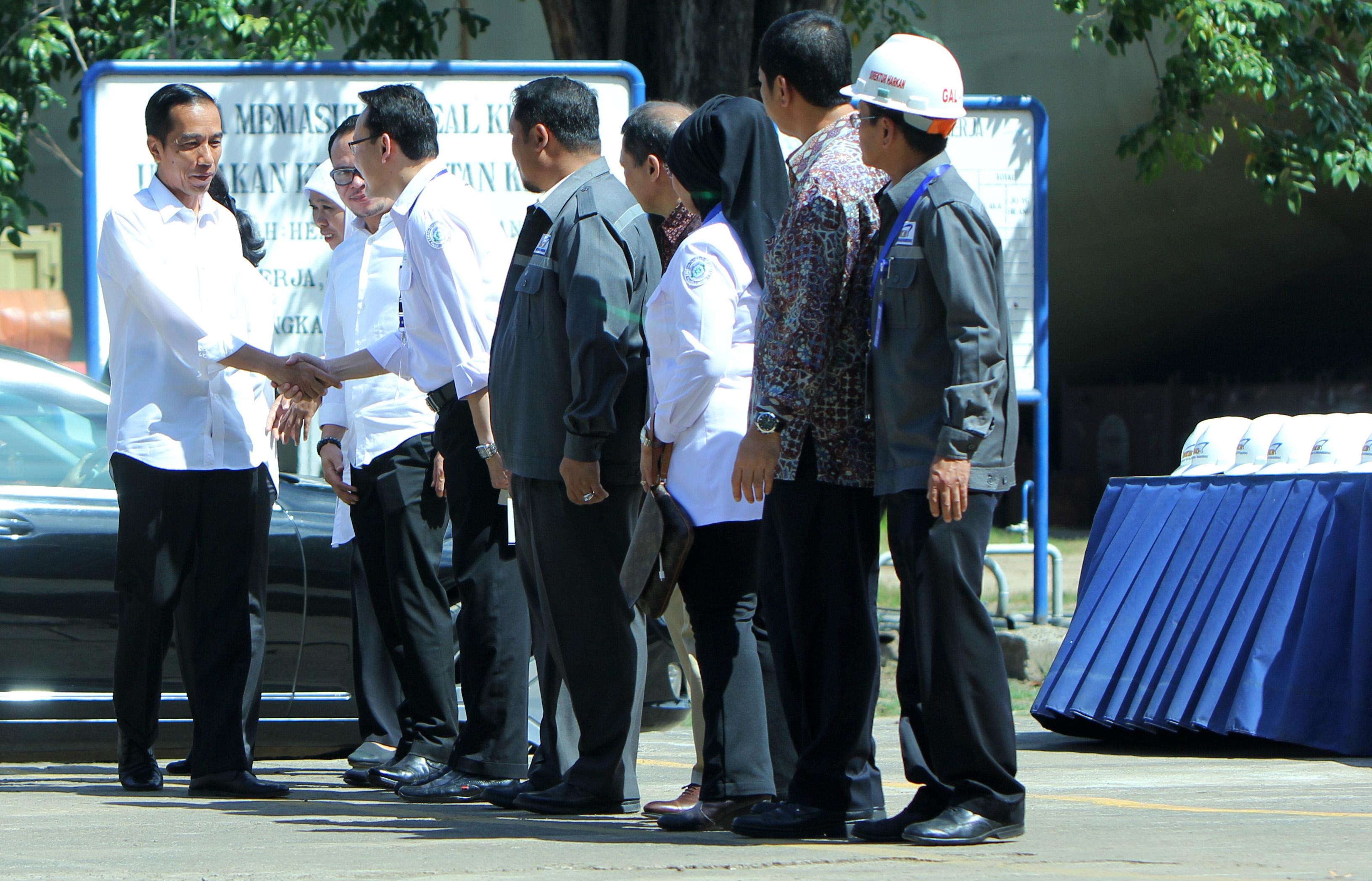 Presiden Jokowi disambut Dirut BPJS Kesehatan dr Fachmi Idris saat Penyerahan Kartu Indonesia Sehat kepada pekerja dan buruh 28 April 2015