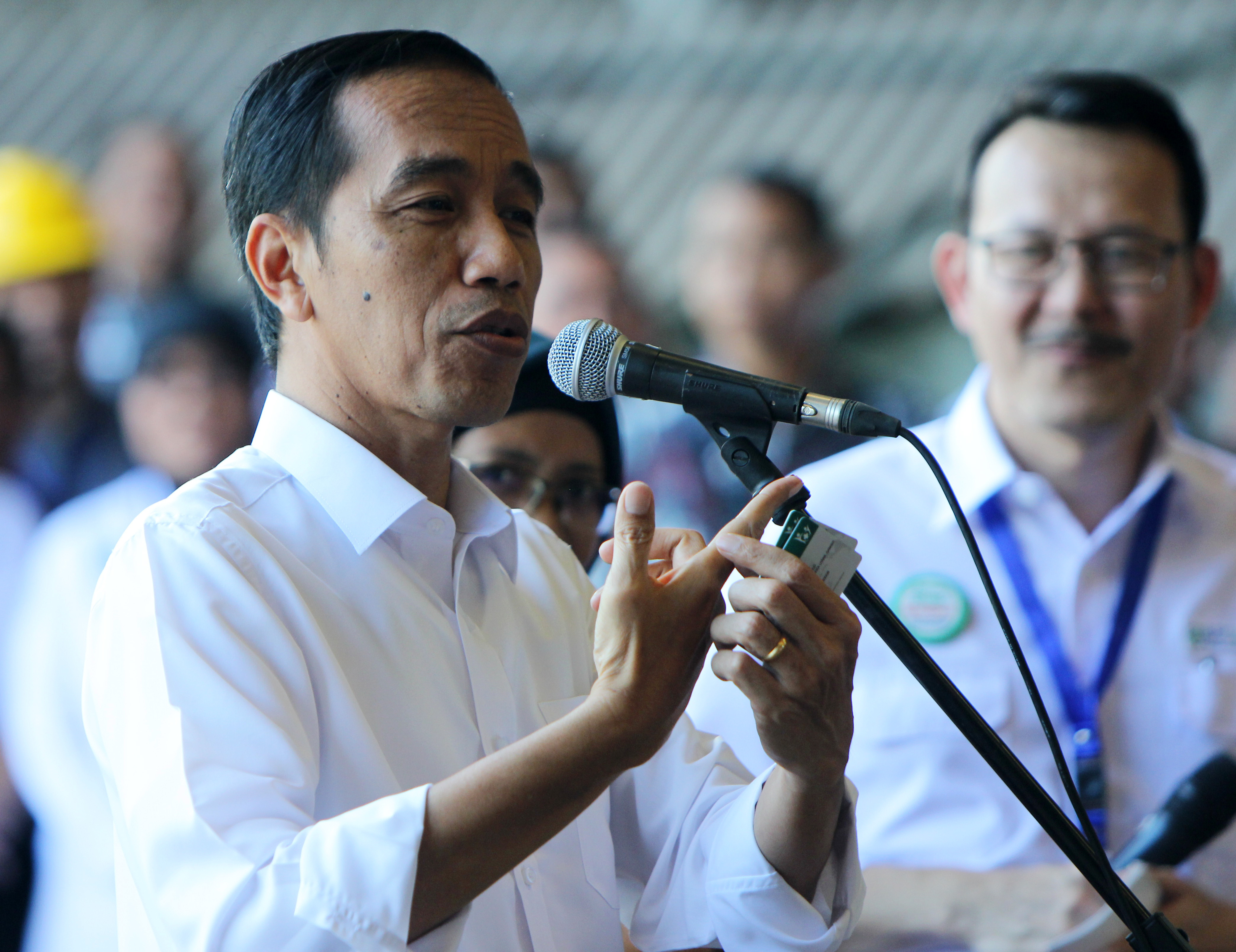 Presiden Jokowi saat penyerahan Kartu Indonesia Sehat sebanyak 88,2 juta kartu dan Kartu Indonesia Pintar sebanyak 20,3 juta kartu