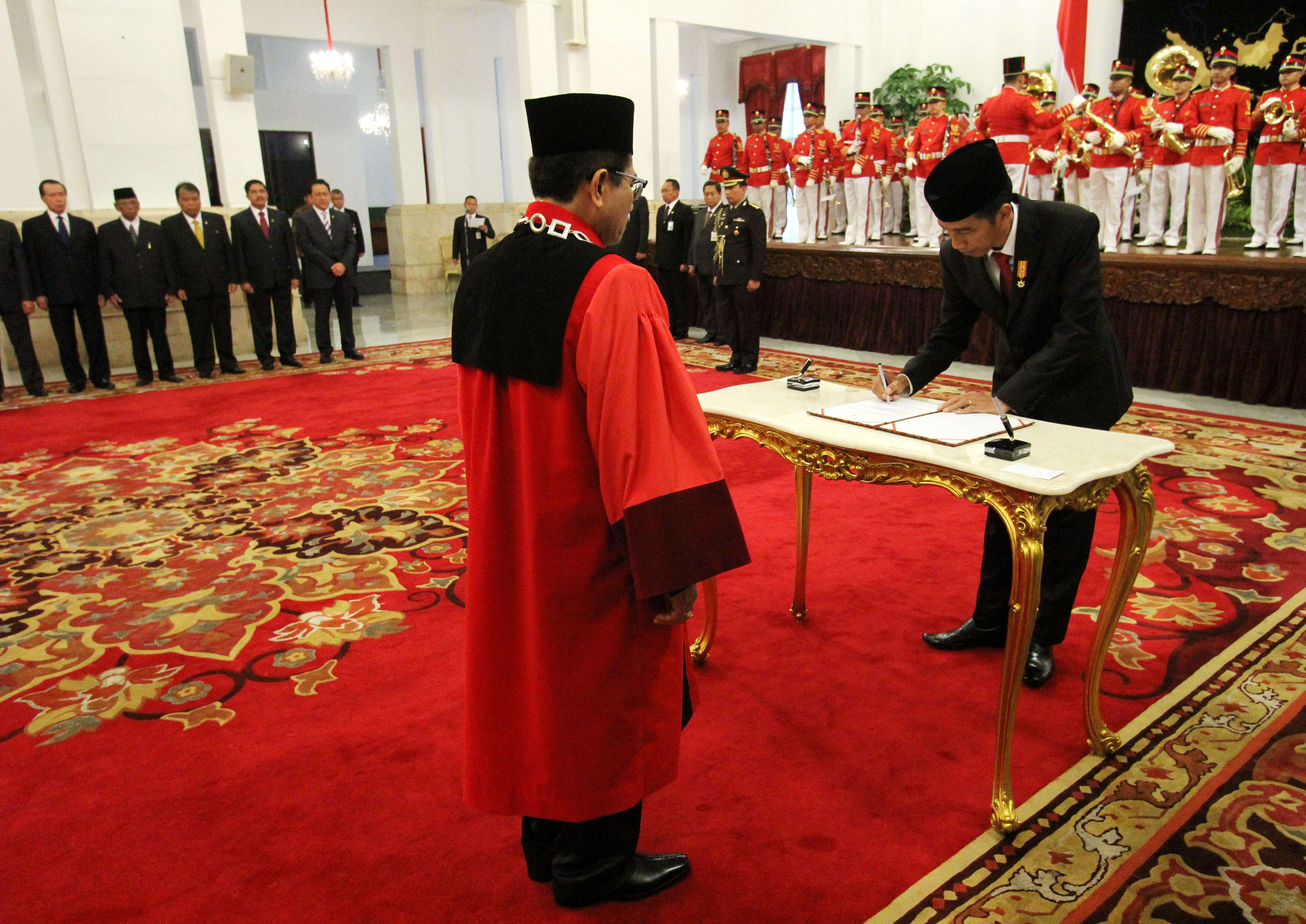 Presiden RI Joko Widodo Menandatangani Pengangkatan Hakim Konstitusi Manahan Sitompul di Istana Negara 28 April 2015