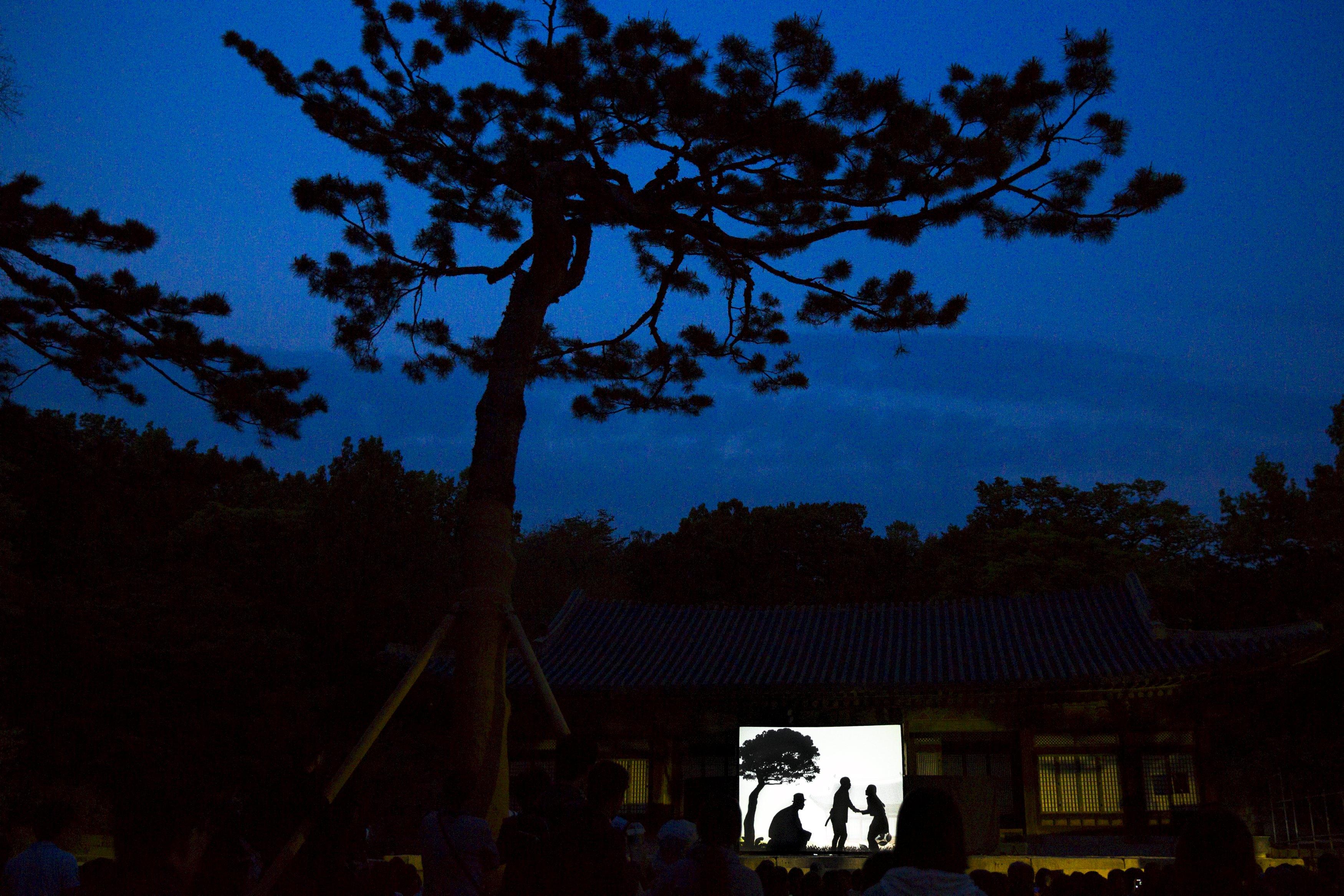 Penonton menyaksikan pertunjukkan wayang di Istana Changgyeonggung, Seoul, Korea Selatan, Rabu (6/5). ANTARA FOTO/REUTERS/Thomas Peter.
