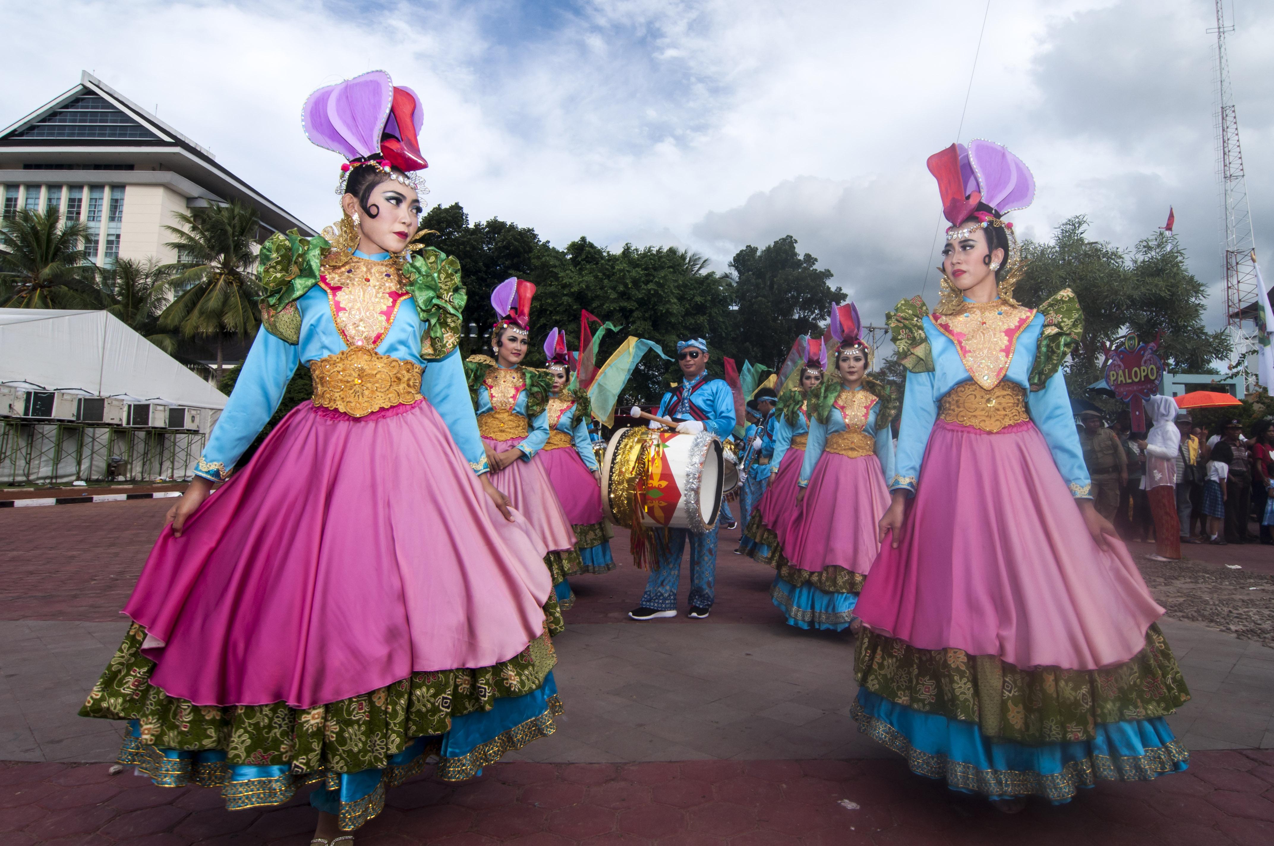 Sejumlah seniman asal Kota Tangerang Selatan menampilkan kreasi busana unik dalam Karnaval Budaya di Lapangan Merdeka Ambon, Maluku, Rabu (6/5). Karnaval dalam rangka pembukaan pameran Inconesia City Expo (ICE) 2015, yang akan berlangsung sampai Minggu (10/5) ini, diikuti perwakilan dari 98 kota yang ada di Indonesia, menampilkan produk unggulan masing-masing kota. ANTARA FOTO/Embong Salampessy.