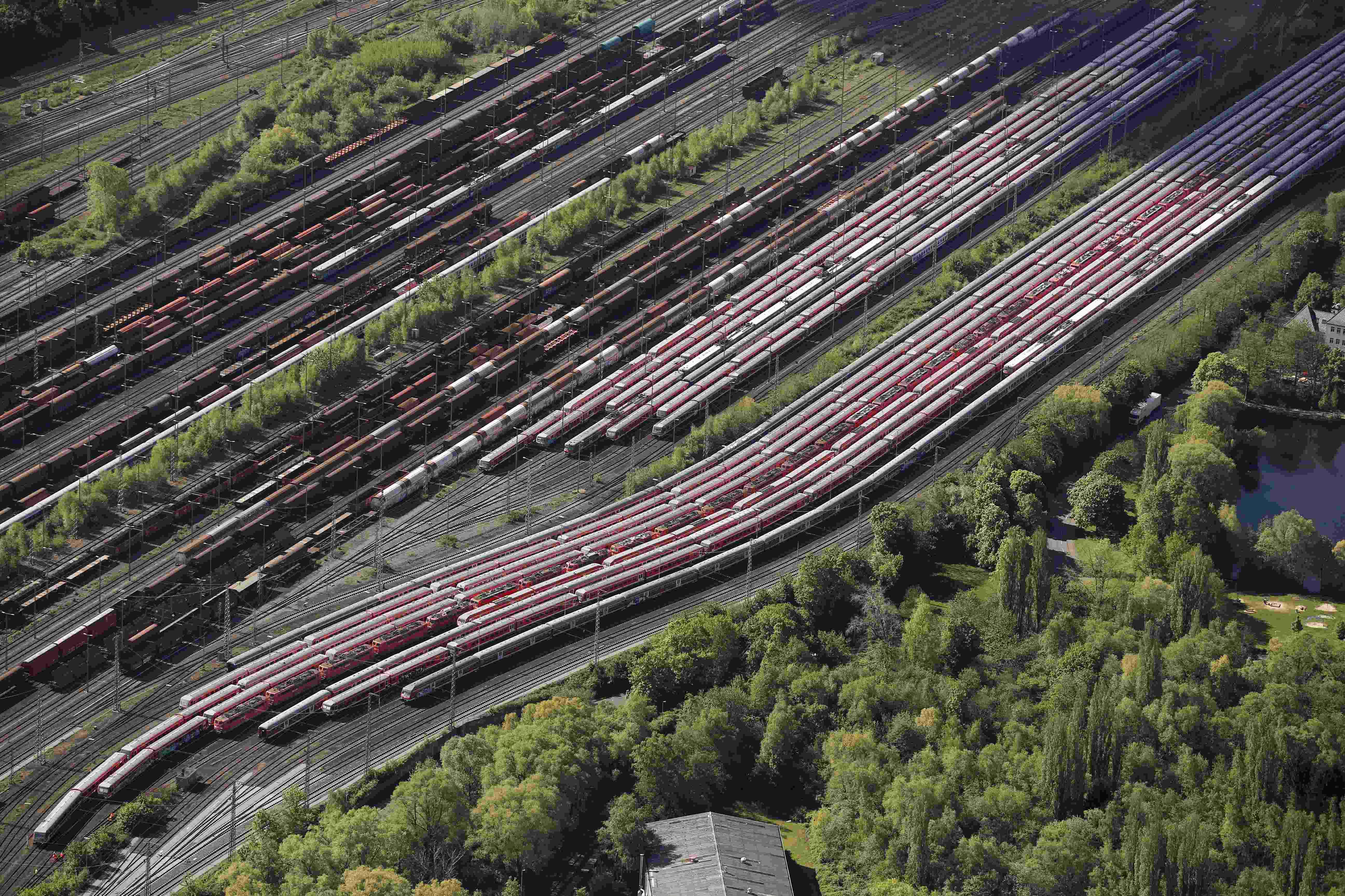 Gerbong, lokomotif, dan kereta kargo perusahaan kereta api Jerman Deutsche Bahn diparkir di fasilitas penyimpanan di Hamm, dekat Dortmund, Jerman, Rabu (6/5). Aksi mogok selama tujuh hari oleh serikat masinis kereta GDL dimulai Senin lalu, aksi mogok kedelapan dalam serangkaian pemogokan atas upah dan kondisi kerja, mengancam akan adanya kekacauan transportasi para pelaju dan gangguan terhadap rantai distribusi penting. ANTARA FOTO/REUTERS/Wolfgang Rattay.