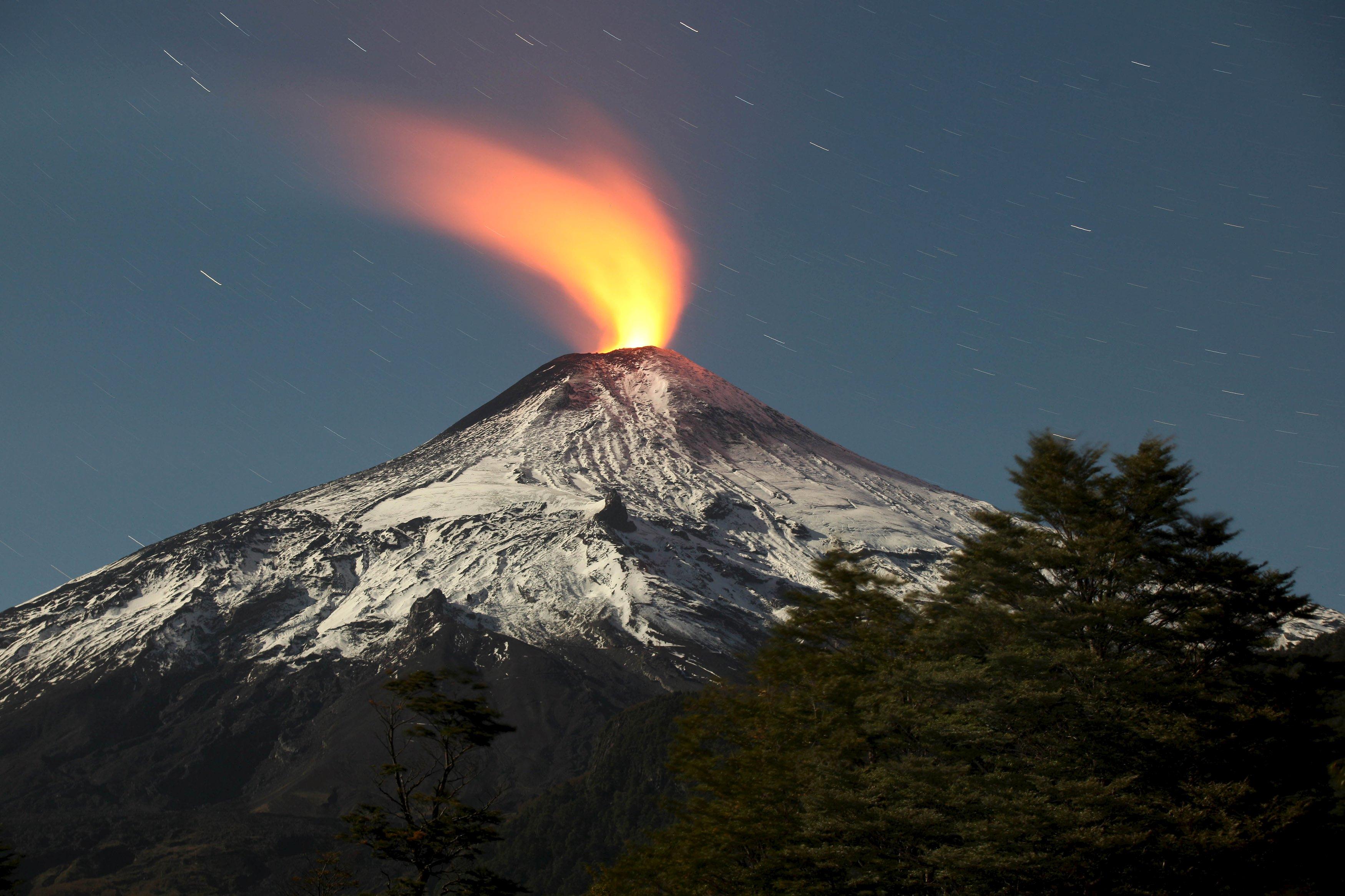 Gunung Berapi Villarrica terlihat di kota Pucon, Chili, Selasa (5/5). ANTARA FOTO/REUTERS/Cristobal Saavedra.