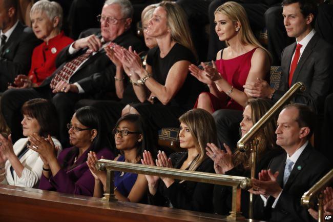 Ibu Negara Melania Trump, beserta tamu lainnya, bertepuk tangan selama pidato Donald Trump, dalam sidang Kongres.