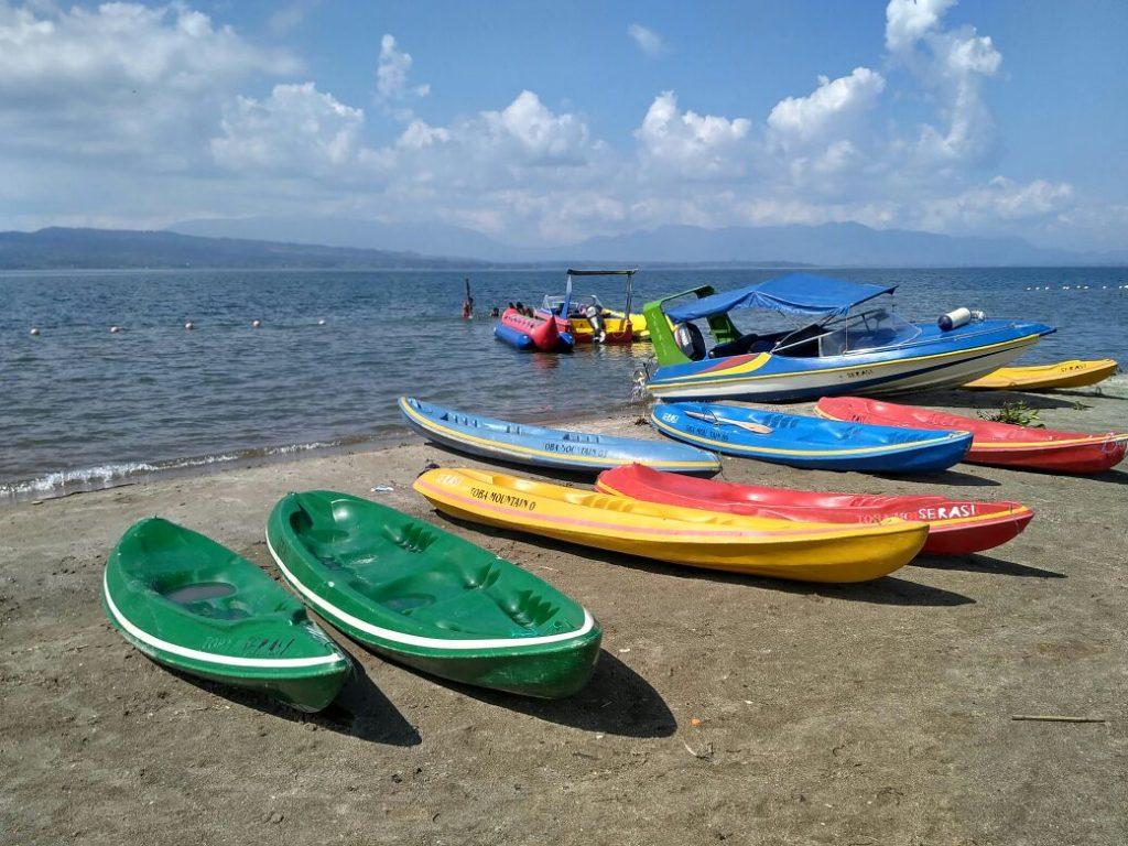 Pantai Lumban Bulbul yang berpasir putih di kawasan Balige ini juga menyediakan jasa sewa sampan bagi para pengunjung (Photo: Yudi Sinambela/ Vibizmedia.com)