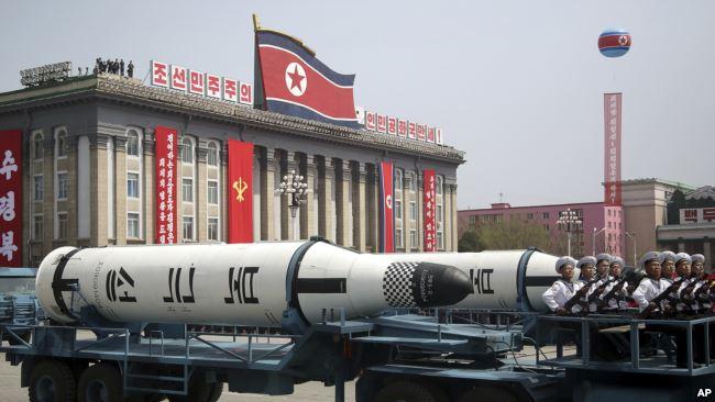Korea Utara memamerkan misil balistik kapal selam di lapangan Kim Il Sung pada parade militer di Pyongyang, Sabtu (15/4).
