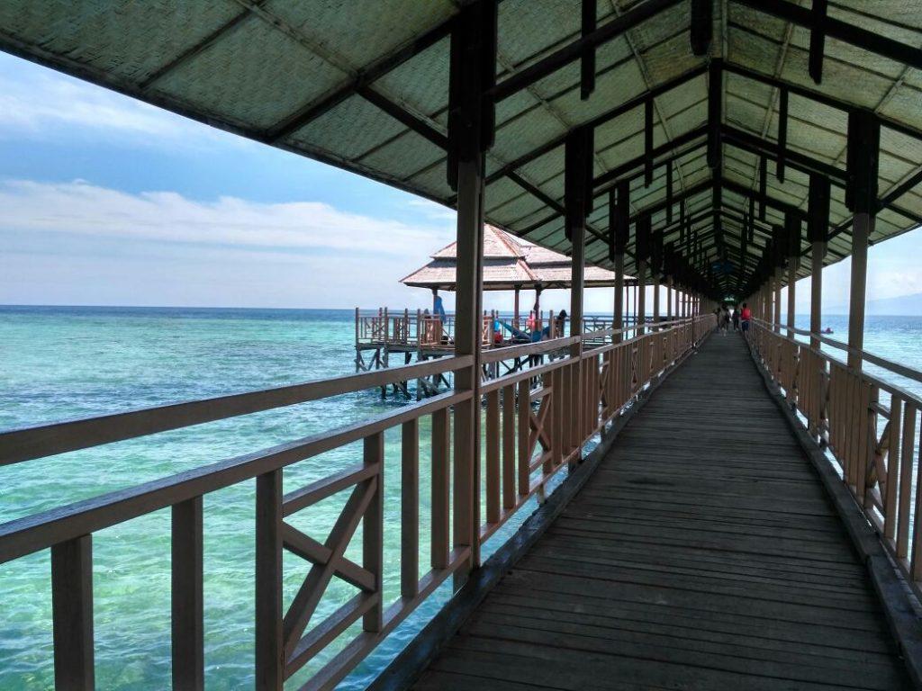 Dermaga kayu di Pantai Karampuang Mamuju, Sulbar (Photo: Lenny Maria/ Vibizmedia.com)