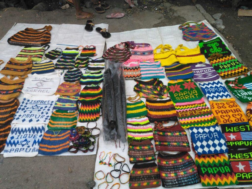 Berbagai noken khas Papua di Pasar Sanggeng, Manokwari,Papua Barat (Photo: Jelin Linda/ Vibizmedia.com)