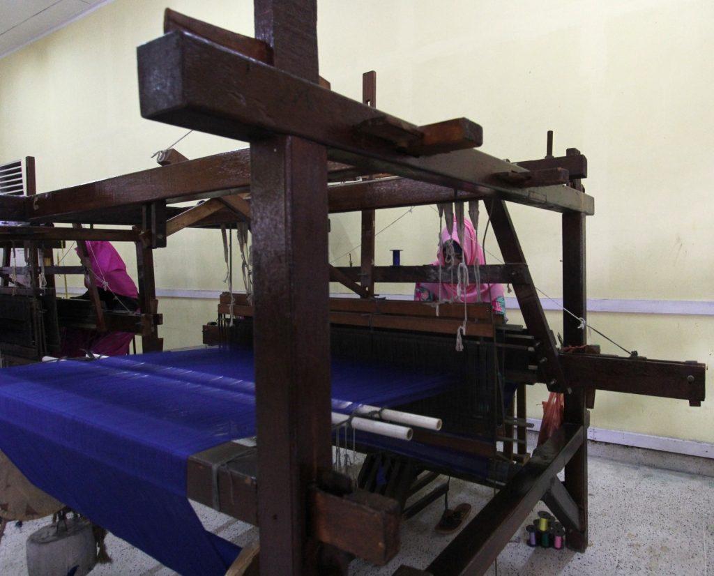 "Alat tenun tradisional ""Kik"", yang dapat menghasilkan kain tenun Siak di Provinsi Riau terbuat dari bahan kayu berukuran sekitar 2 x 2 meter (Photo: Mark Sinambela)"