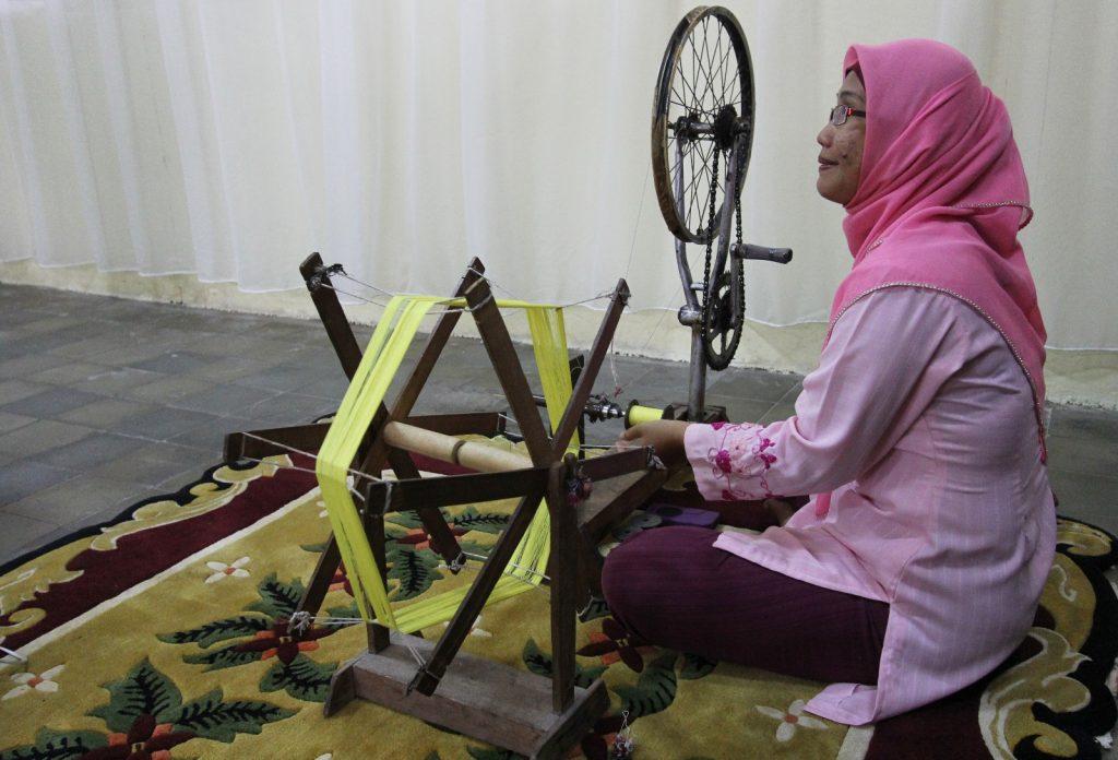 Memintal benang bahan tenun songket dengan cara tradisional (Photo: Mark Sinambela/ Vibizmedia)