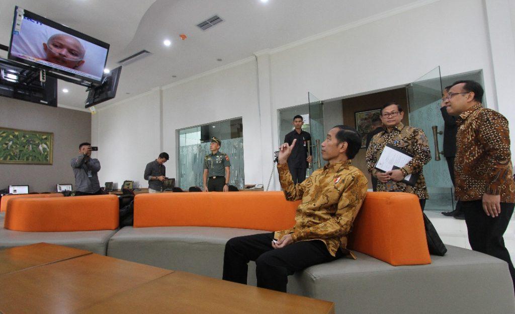 Presiden Jokowi duduk di sofa di press room wartawan Istana Kenegaraan, Selasa (13/6). Photo: Rully Sinambela/ Vibizmedia.com.