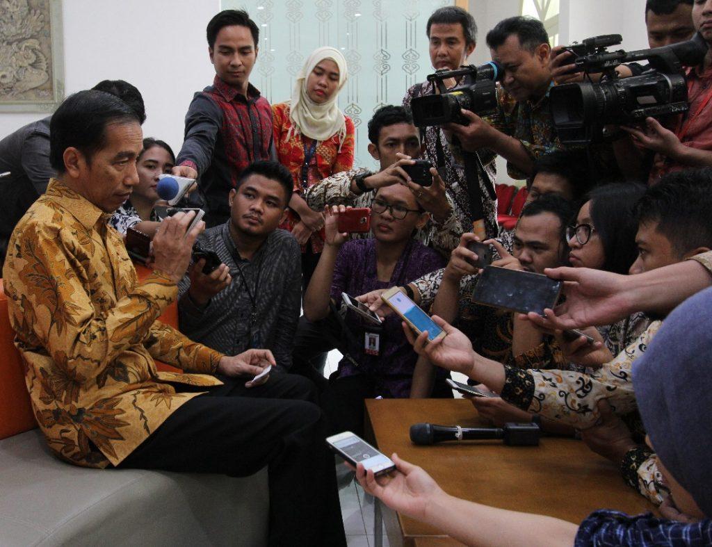 Presiden Jokowi saat mengunjungi press room wartawan Istana Kenegaraan, sempat membuka kesempatan tanya jawab dengan para wartawan. Selasa (13/6). Photo: Rully Sinambela/ Vibizmedia.com.